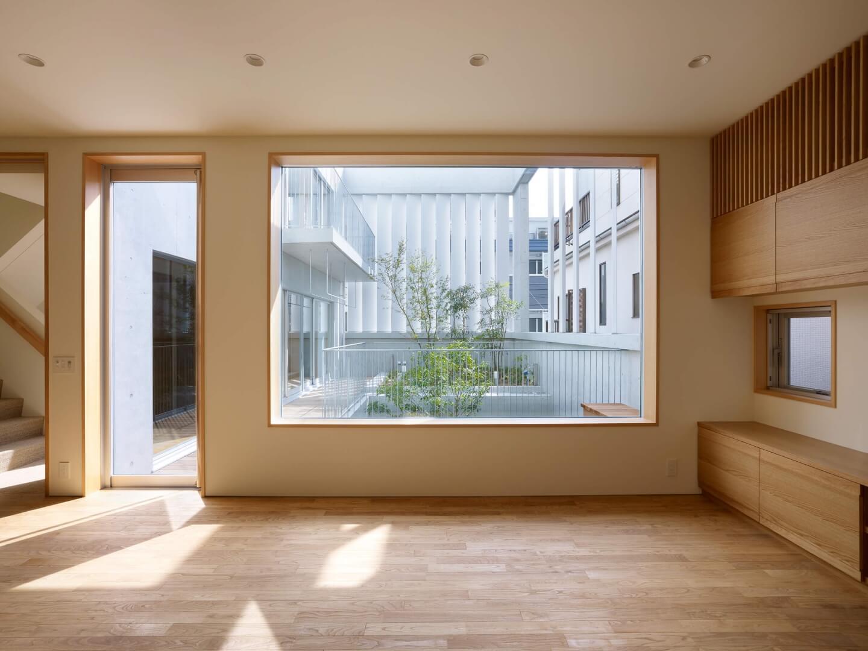 鶴見の住宅のリビングにある大きな窓