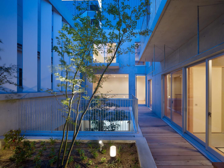 鶴見の住宅、夜の中庭