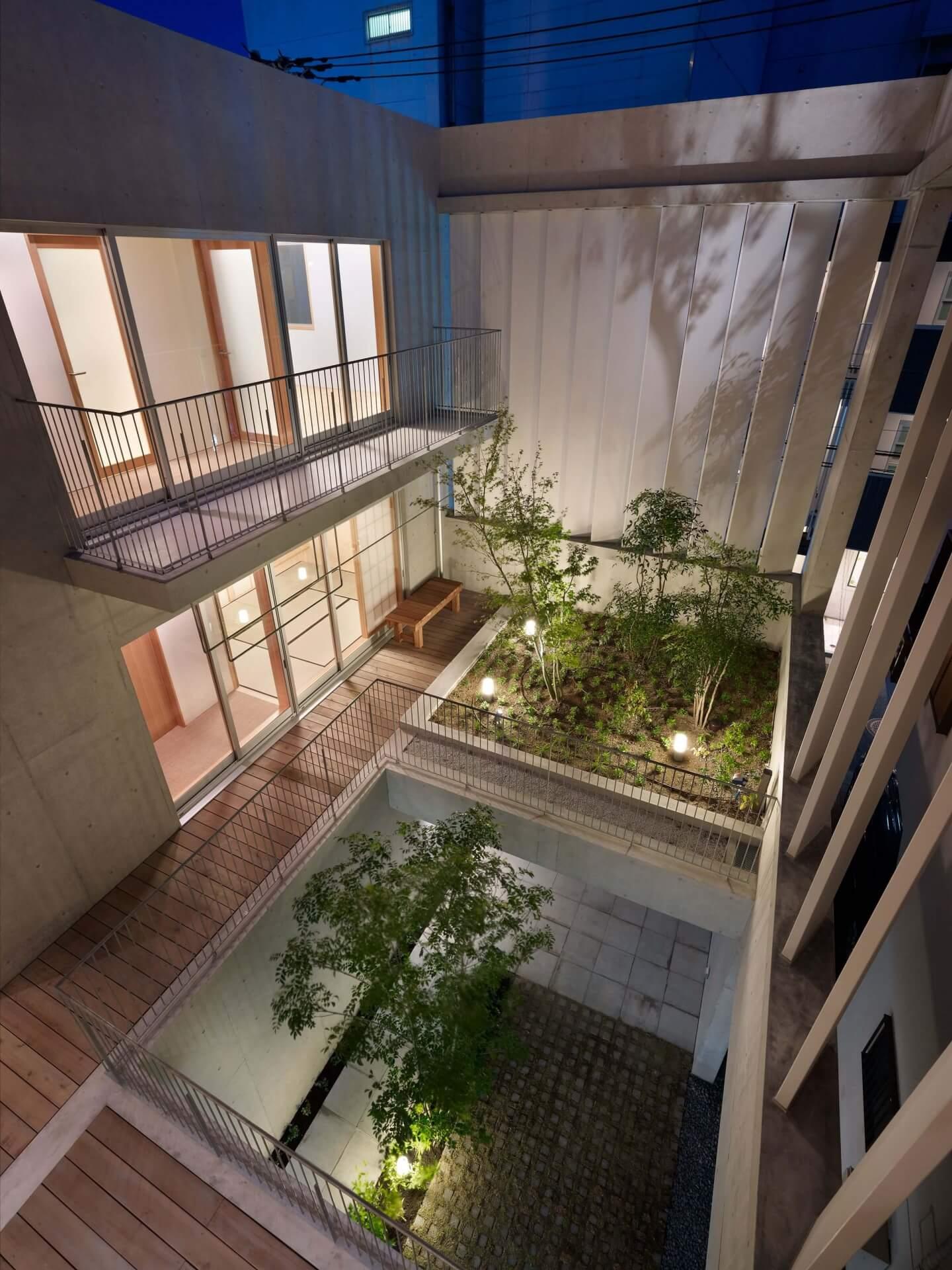 鶴見の住宅、夜の中庭3Fからの眺め