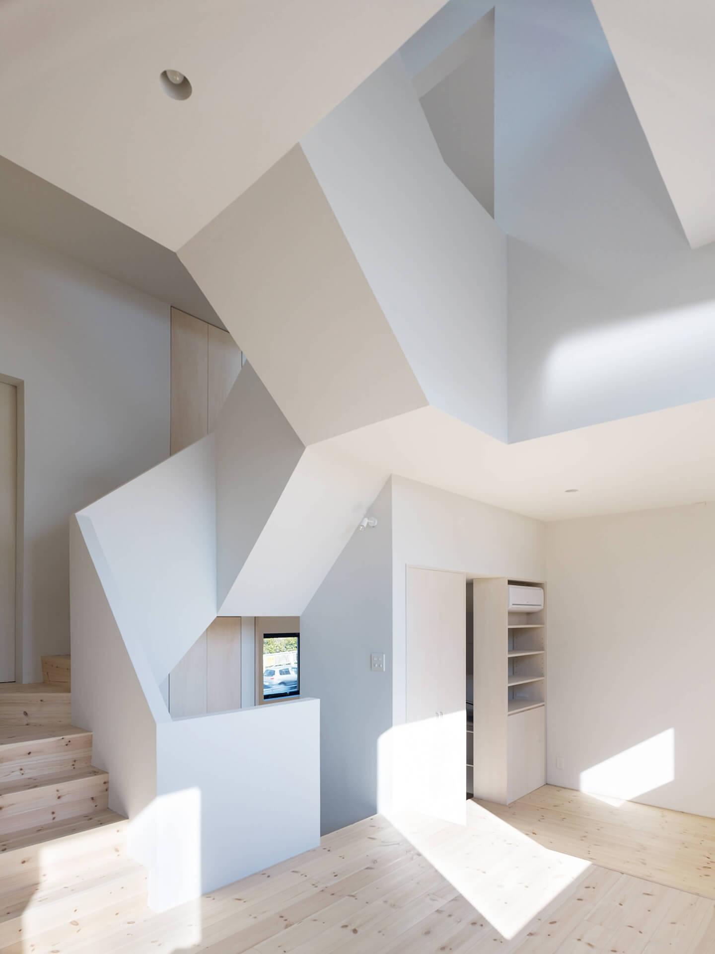 青戸の住宅のリビングと螺旋階段