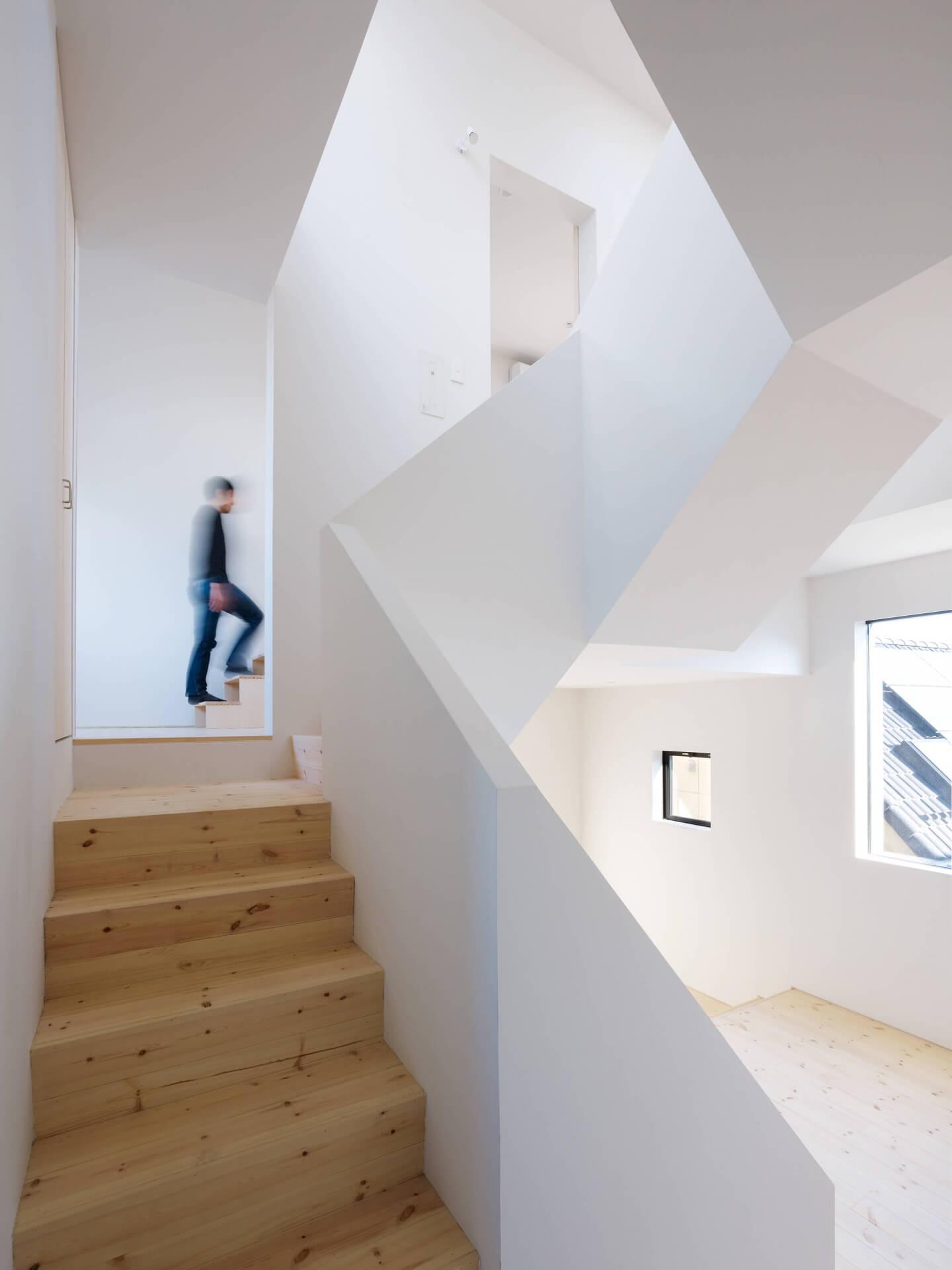 青戸の住宅の階段奥には中2階