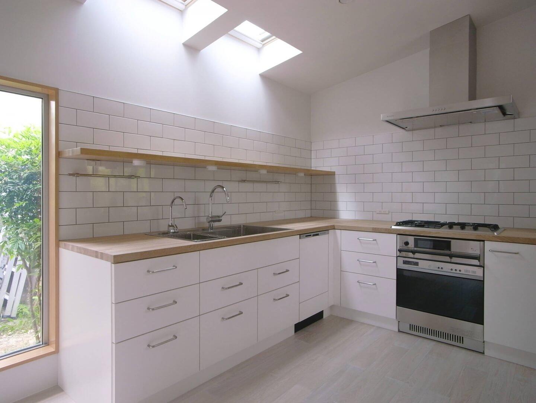 篠山の住宅のキッチンは天窓からの明かりが印象的