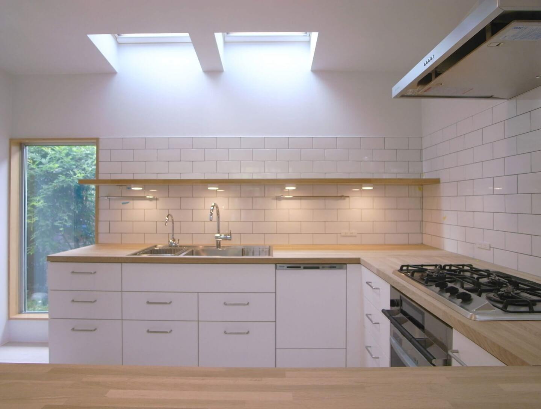 篠山の住宅のキッチンは手元を明るくするために4つの照明を設置