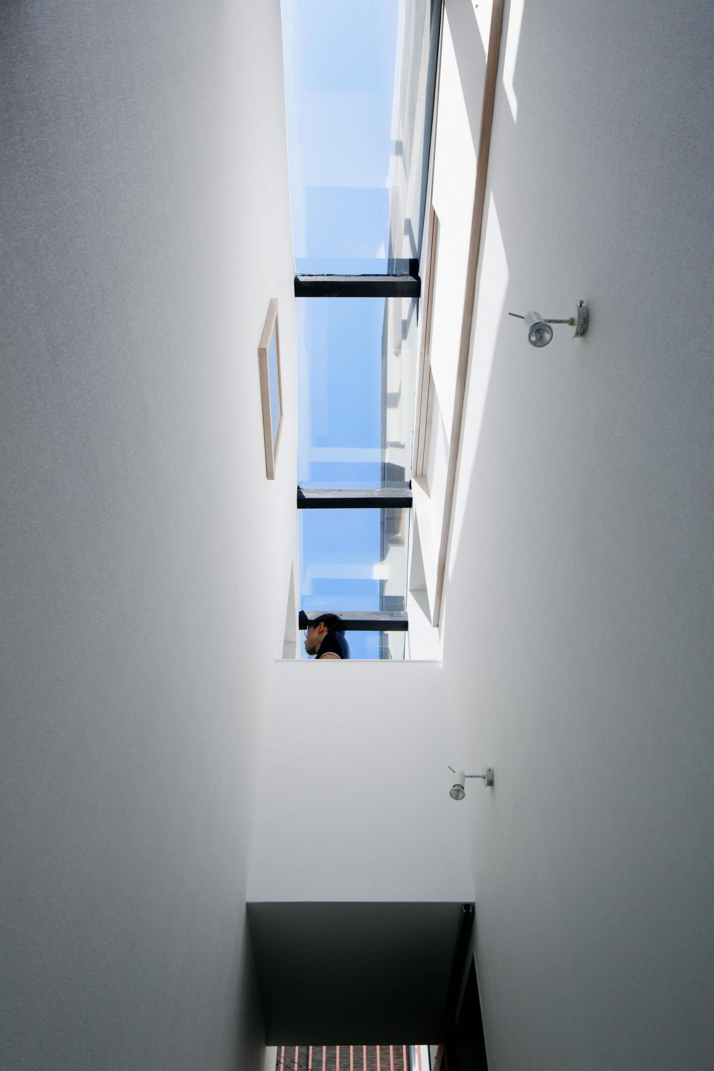 堀切の住宅の2階は住宅と理容室をつなぐ廊下があります