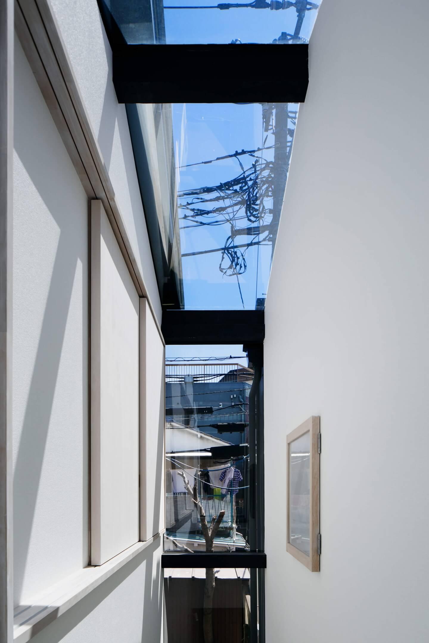 堀切の住宅と理容室の間は天窓に