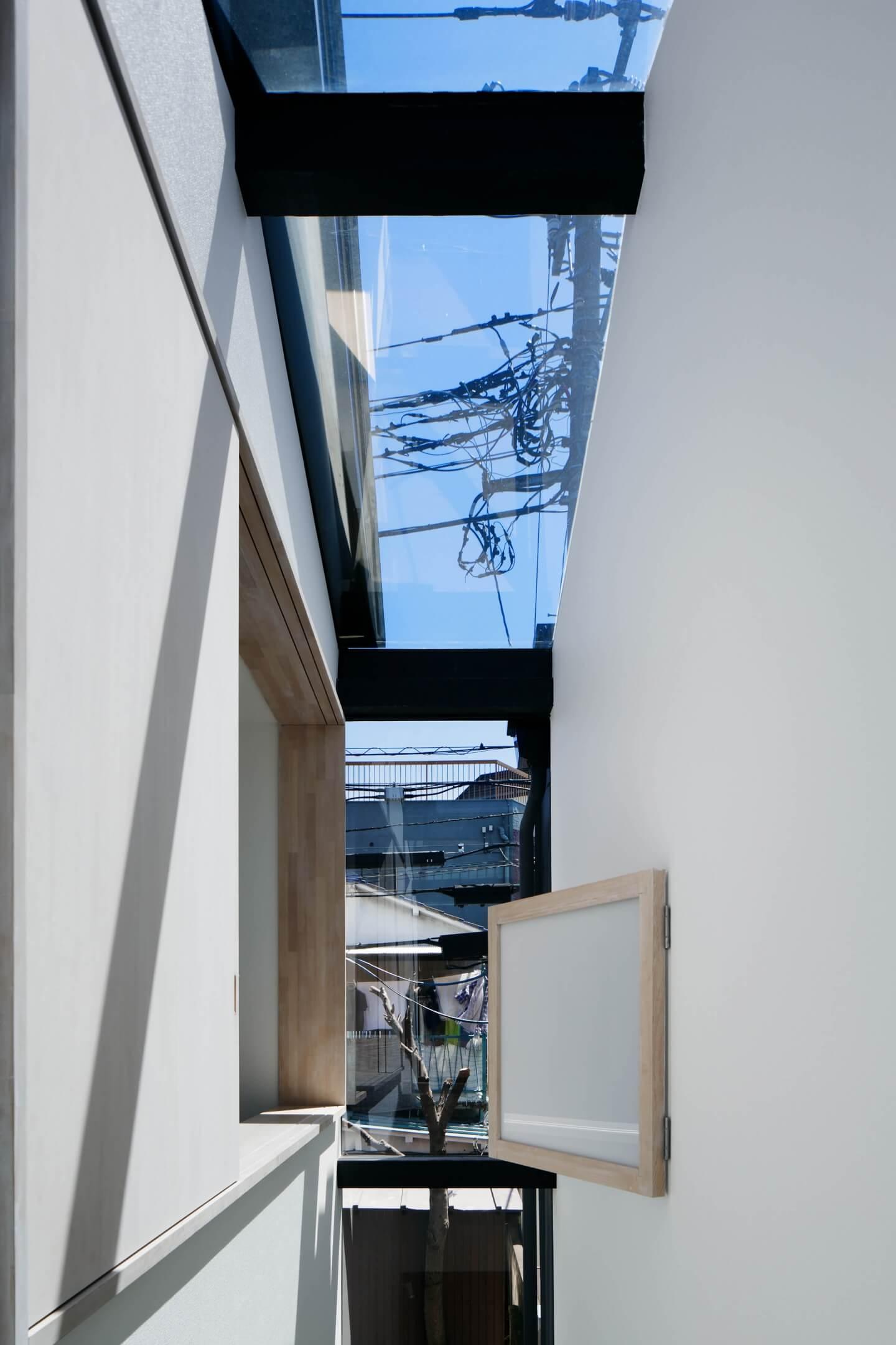 堀切の住宅と理容室の間は両方窓と戸を開けることが可能