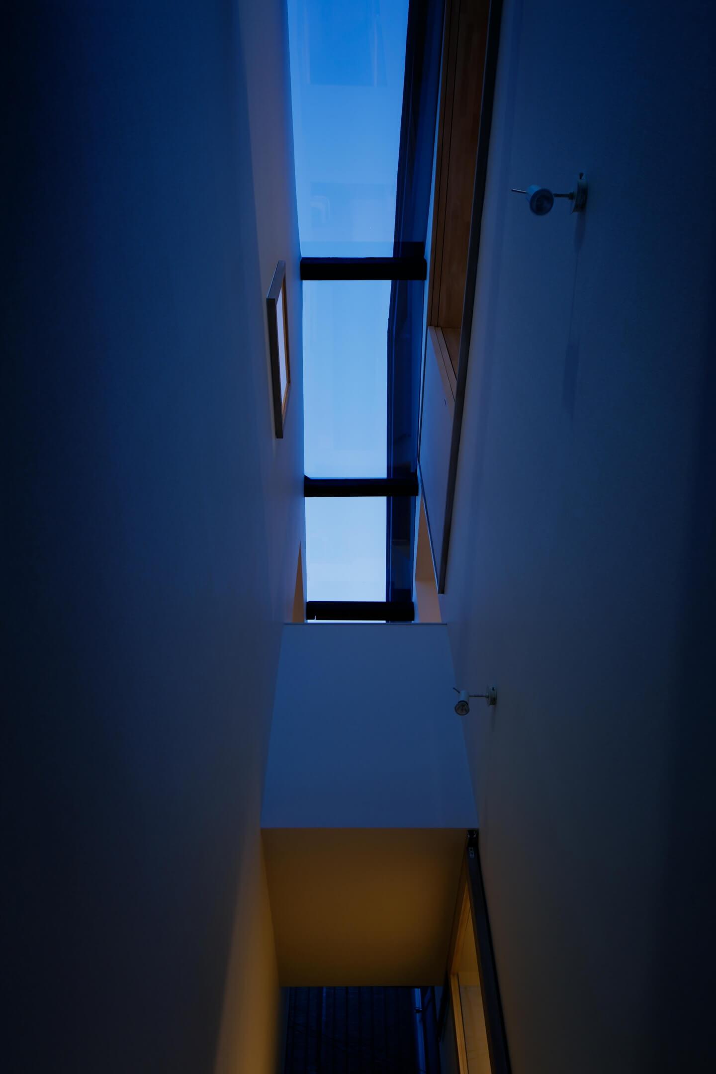 堀切の住宅の天窓からの夕焼け
