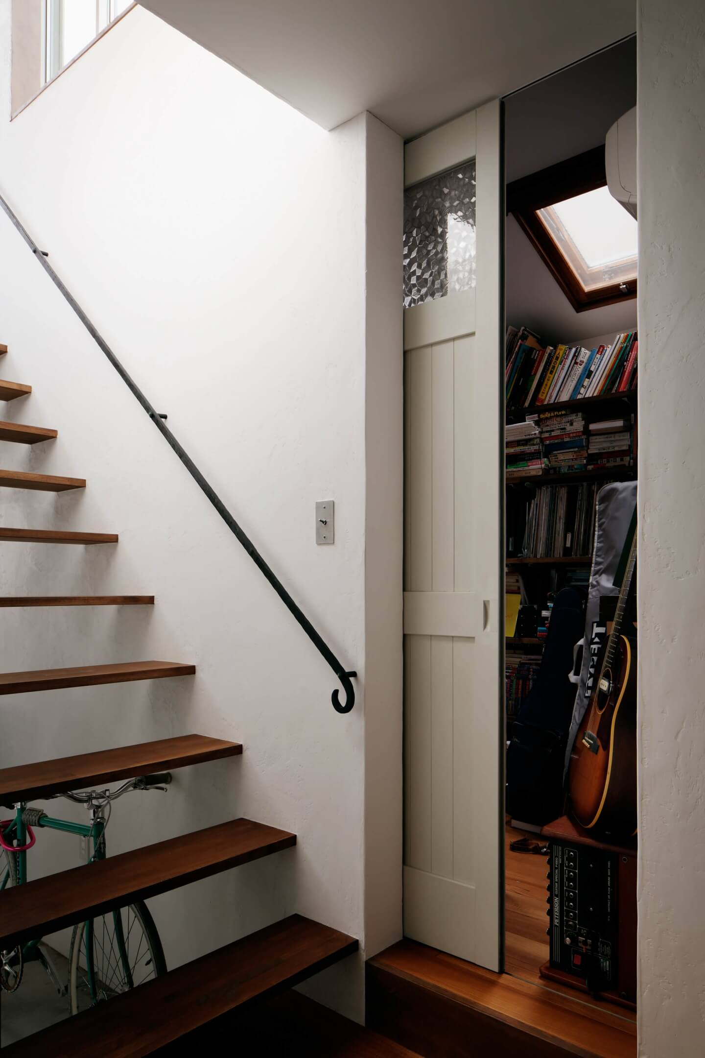 吉祥寺の住宅の階段横の収納スペース