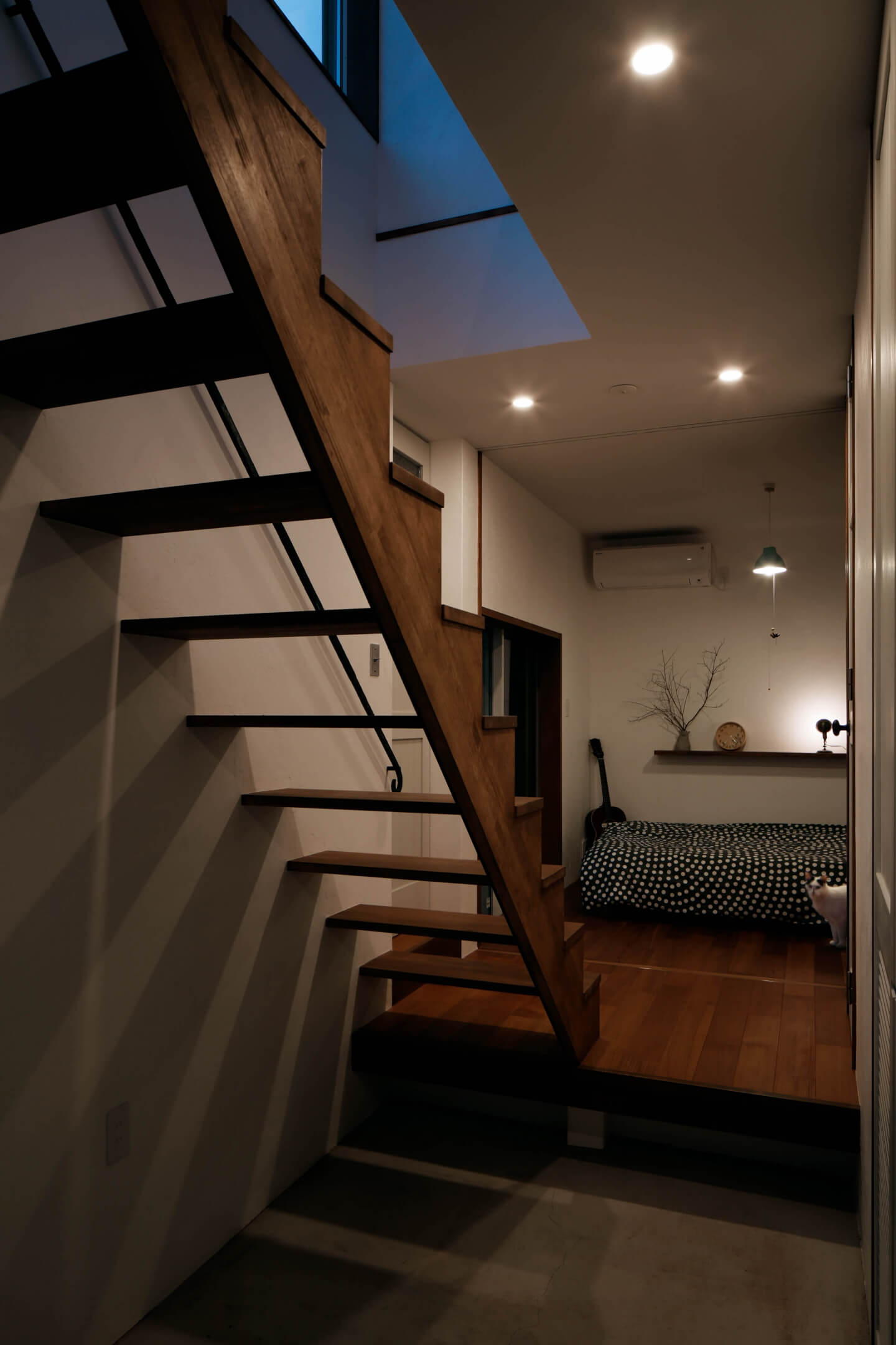 吉祥寺の住宅、夜の玄関