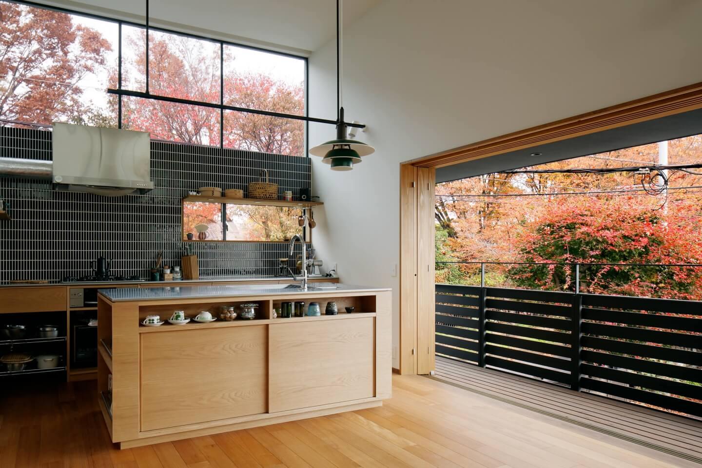 桜町の住宅のキッチン横にはテラスに行ける大きな窓があります