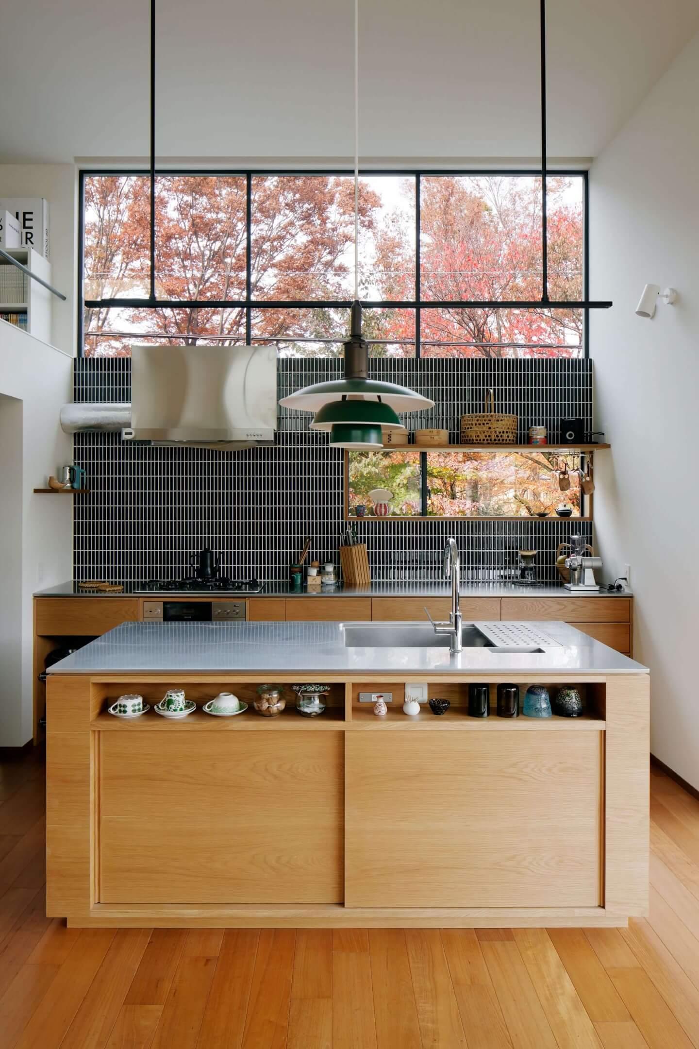 桜町の住宅のキッチンは大きな窓