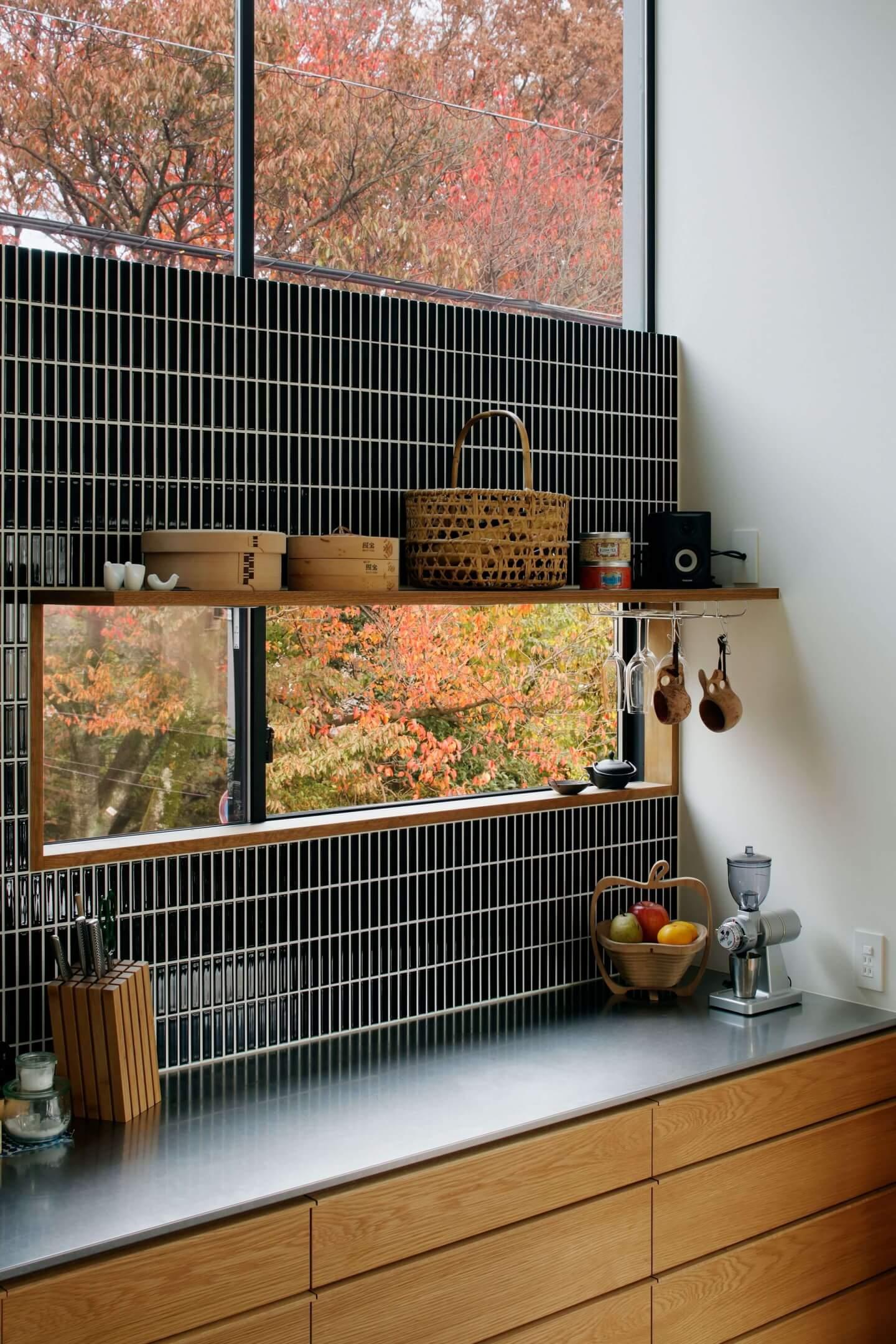 桜町の住宅のキッチンには見せる棚を