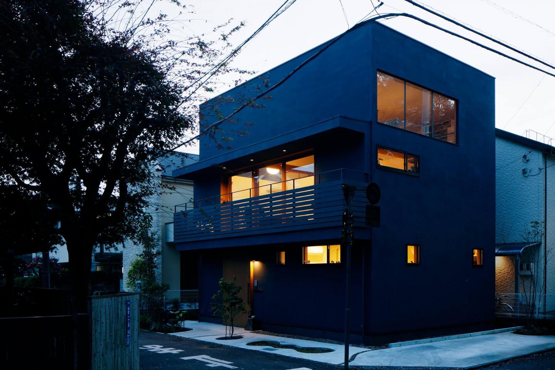 桜町の住宅の照明が灯る外観
